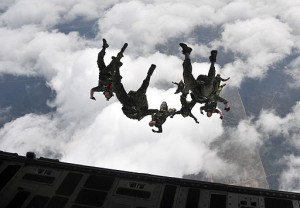 Canadian paratroopers in organized freefall