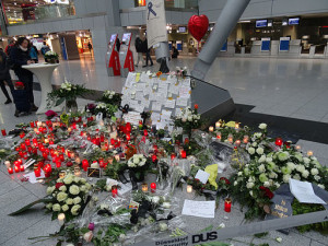 4U9525_Memorial_at_Düsseldorf_Airport