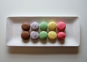 A_rainbow_of_macarons_on_a_white_tray