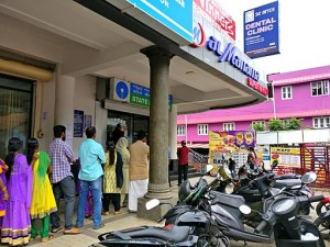 People_gathered_at_SBI_ATM_in_Paravur_near_Kollam_city_in_Kerala_due_to_Indian_currency_demonetisation,_Nov_2016