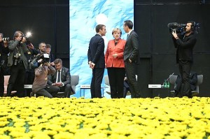 Tallinn_Digital_Summit._Round_table_Emmanuel_Macron,_Angela_Merkel,_Christian_Kern_(36683075674)